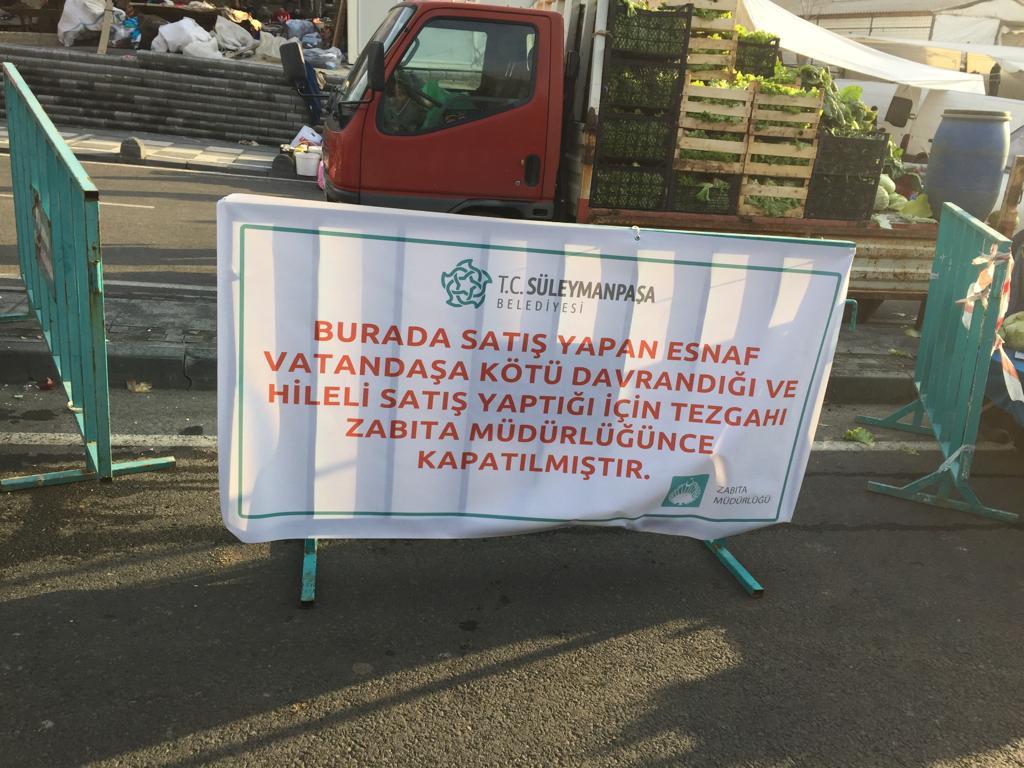 Hileli mal satıp vatandaşlara hakaret eden pazarcının tezgahı kapatıldı